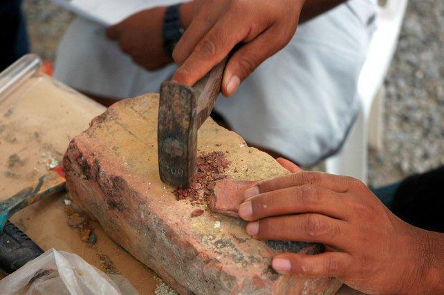 Traditionnellement, les motifs du ciel de case sont réalisés avec des pigments naturels, provenant de différents types d'argiles. Les artisans possèdent des lieux gardés secrets où ils se procurent la précieuse terre avant de la faire sécher et de la tamiser.
