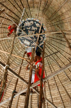 Ce ciel de case, réalisé par Aïma Opoya, est fixé au sommet du tukusipan de Taluen, où il veillera sur la communauté.