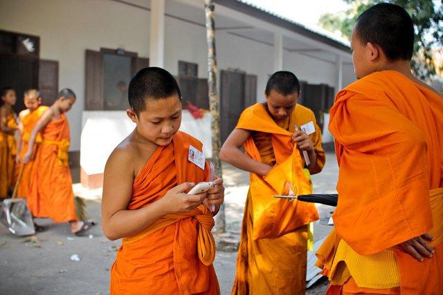 Les bonzes profitent de la récréation au temple de Nong Sikhounmuang