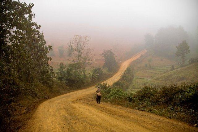 Pas grand hmong sur la piste qui mène au village de Long Lao