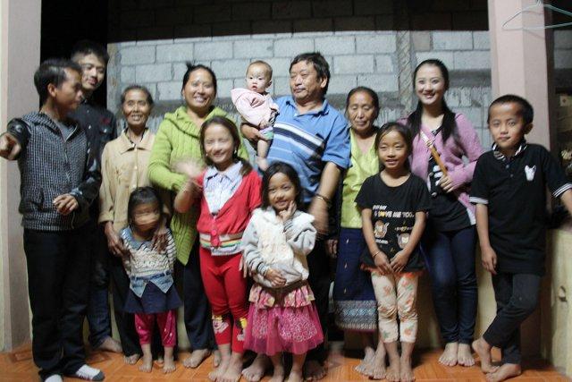 La famille de Por dans leur maison au nord du Laos