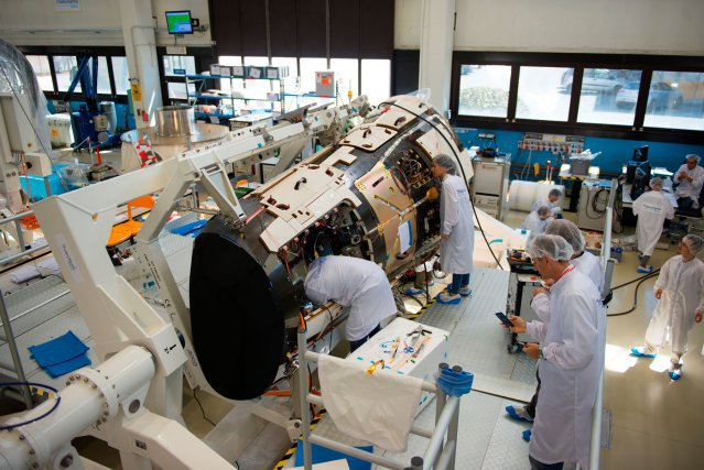 Just before sending to ESTEC final preparation of IXV in Thales Alenia Space Italia