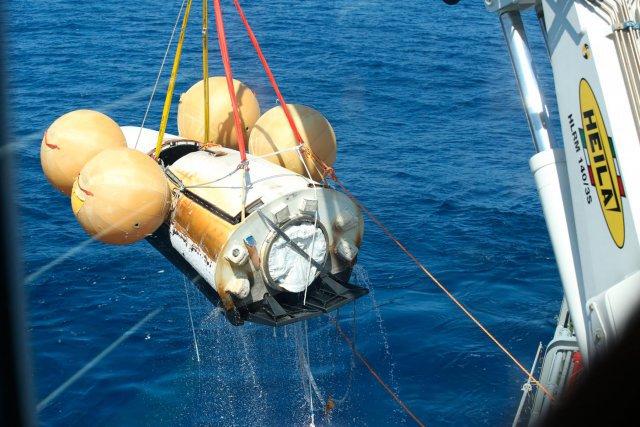 Récupération de l'IXV dans l'océan pacifique par le navire Nos Aries à l'Ouest des iles Galapagos le 12 février 2015