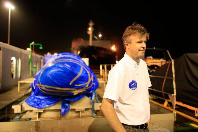 Stephane Bussy, responsable du système avionique devant l'IXV entièrement baché.