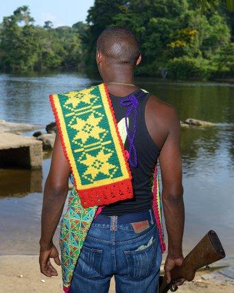 Molenn Pansa, Basia (assistant du chef) donne le signal de départ au cercueil du Gaama vers son site d'enterrement dans la forêt. Funérailles du Gaama Belfon Aboikoni. Asindoopo, Territoire Saamaka, Suriname.
