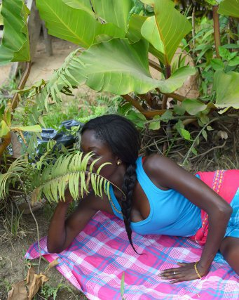 Samantha Main, une étudiante Saamaka de Paramaribo. Asindoopo, Suriname