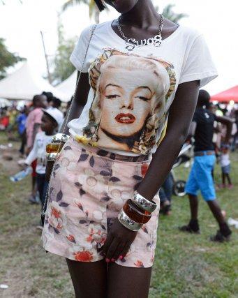 Une fille Ndyuka avec un tee-shirt à l'effigie de Marilyn Monroe à la fête des Marrons. Albina, Suriname.