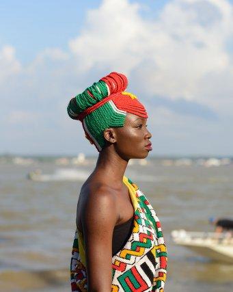 Ismelda Sevetia, une jeune femme Ndyuka avec une coiffure tressée aux couleurs du drapeau surinamien. Fête des Marrons, Albina, Suriname.