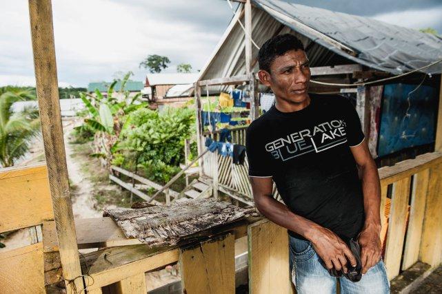 Arrivé il y a trois ans, Guilherme a quitté le Brésil car il manquait de qualification pour y trouver du travail. Mais la vie est plus difficile pour lui ici. Par manque d'argent il ne peut pas rentrer chez lui, il regrette en effet d'avoir fait le voyage.