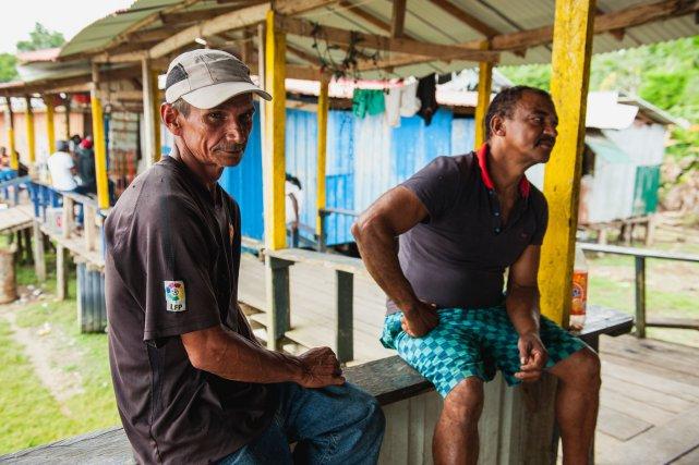 Carlos et Osvaldo, tous deux la cinquantaine, venus de l'état voisin de l'Amapa. Osvaldo a travaillé comme charpentier à Cayenne et Sinnamary, mais est revenu sur le fleuve pour gagner un peu plus. Il passe beaucoup de temps sur une barge même s'il part aussi en forêt. Très instables, les revenus oscillent entre 500 et 2000 euros, parfois rien. Lorsqu'il plonge pour aspirer les sédiments qui charrient les paillettes d'or, Osvaldo peut passer quatre heures sous l'eau sans remonter à la surface. Il s'en remet alors à Dieu pour veiller sur lui, même s'il admet que les accidents sont rares.