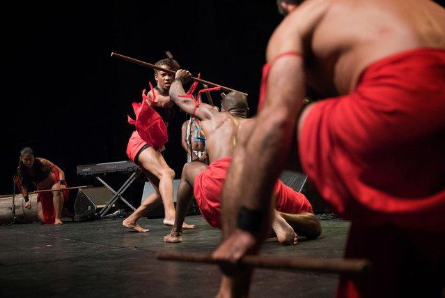 Le groupe Djokan en pleine démonstration (boukan:canne de combat avec bâton court) à la Salle du Zéphir le samedi 31 Octobre 2015 pour la 2ème édition du Djokanakonde (journée mondiale du Djokan).