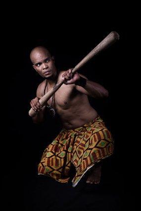 Yannick Théolade fondateur du djokan, fais la démonstration des techniques avec le manche pilon à deux têtes. (mata tiki)