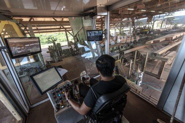 Le poste de sciage de tête à la scierie de Cacao : joystick et climatisation.