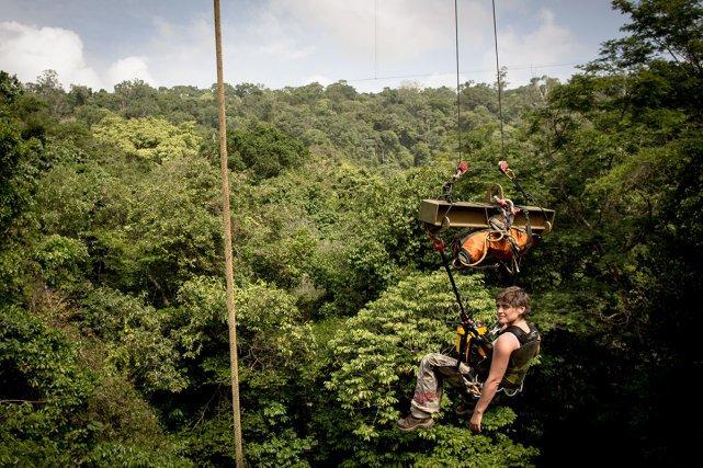 élodie Courtois est suspendue dans la nacelle du COPAS, dont un des trois pylônes est utilisé pour Nouraflux. Ce système d'accès à la canopée, inauguré en septembre 2014, permet de réaliser des prélèvements et des observations dans les arbres sur 1,5 hectares de forêt jusqu'à 45m de hauteur.