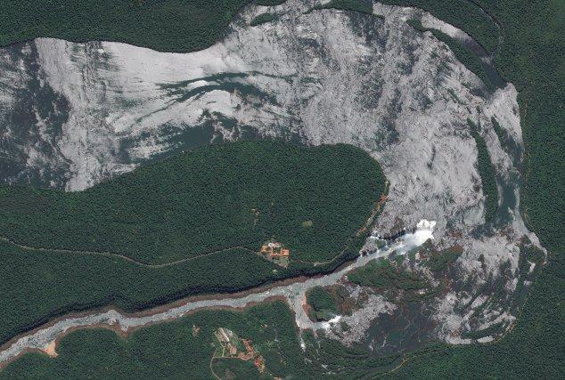 Les chutes d'Iguaçu à la frontière entre le Brésil et l'Argentine, vues par le satellite Pléiades 1A le 03 décembre 2012.