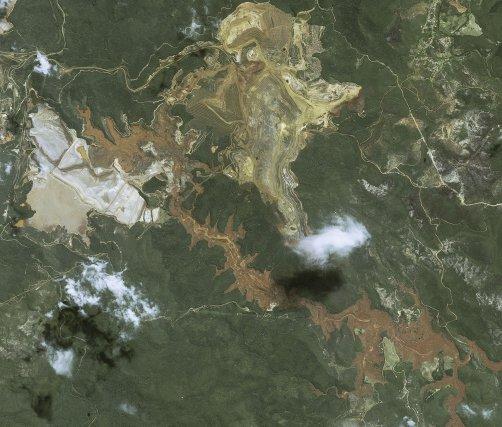 Catastrophe minière de Mariana  Image Satellite SPOT-6/7 © Airbus DS, 2015. Un barrage minier s'est rompu le 5 novembre à Mariana dans l'état de Minas Gerais, provoquant une gigantesque coulée de boue (60 millions de litres d'un mélange constitué de terre, de silice, de résidus de fer, d'aluminium et de manganèse se sont déversés dans le Rio Doce)