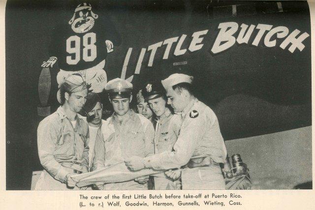 L'équipage de l'avion le 5avril1943 avant leur dernier décollage de Puerto Rico. De gauche à droite : Lt Edwin Wolf, Sgt James Goodwin, Lt Thomas Harmon, Sgt Leonard Gunnells, Lt Frederick Wieting, Sgt Bernard Coss. Sur la carlingue du B-25, un nose-art, c'est-à-dire une peinture de guerre, une tradition qui date de la Première Guerre mondiale. L'avion est baptisé