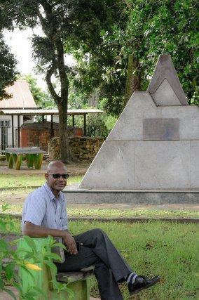 Alex Fleret, à Montjoly, devant le monument érigé en hommage à la catastrophe de 1902. En arrière-plan, le puits réalisé par les premiers habitants martiniquais.