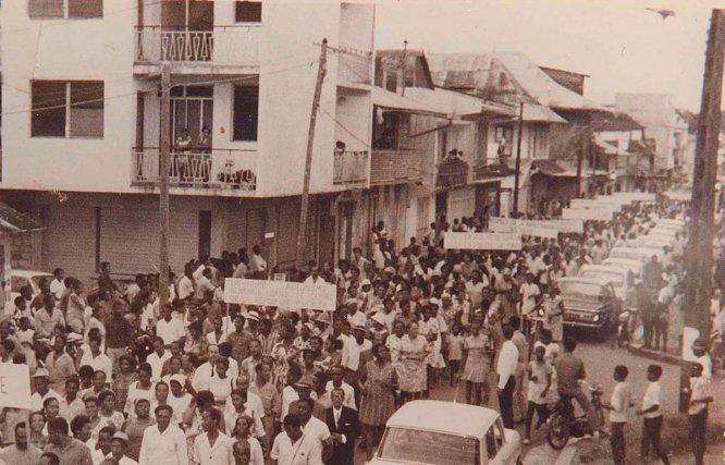 Manifestation à Cayenne pour «plus d'autonomie dans le cadre de la République française» vers 1960.