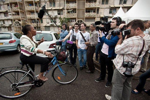 Samedi 5 mai 2007, Cayenne, Guyane. La député Christiane Taubira se rend aux urnes dans une ecole de Cayenne en velo, comme toujours.
