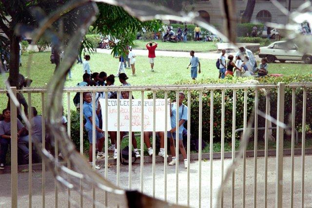 10 novembre 1996, une fenêtre brisée après les émeutes étudiantes. Deux collégiens tiennent une banderole dénonçant l'insécurité.