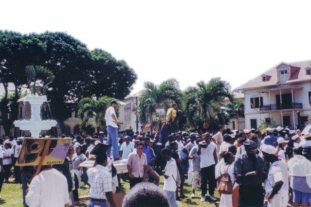 La population guyanaise en attente de la réponse du ministre de l'éducation nationale.
