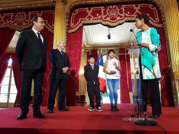 Riddick Wejuku et Apolline Monpera reçoivent des mains de la ministre des Outre-mer George Pau-Langevin et en présence de François  Hollande, président de la République et de Marc Ladreit de Lacharrière président de la fondation Culture &  Diversité, le 2ème prix de l'audace  artistique et culturelle.