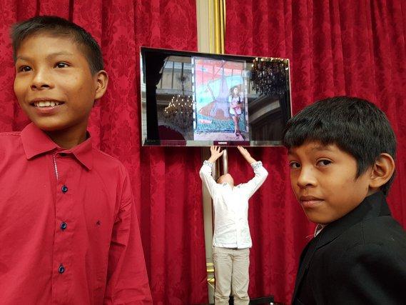 Ricardo et Riddick à l'élysée, devant l'écran qui projetait, lors de la remise du prix, les œuvres réalisées par les enfants de Tahluwen et Camopi.