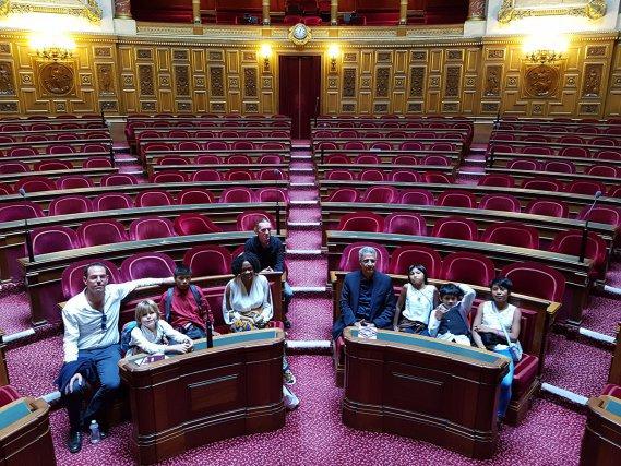 Lors de leur séjour parisien, les enfants et leurs professeurs ainsi que David Redon de la DAC Guyane, ont été reçus par Antoine Karam, sénateur de Guyane, jusque dans l'hémicycle du Sénat.