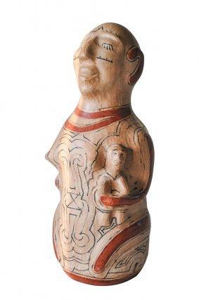 Les potières de Mana élaborent à partir de la forme du pot, des marmites à cuire les aliments et à bouillir le kasili, des jarres pour conserver ce dernier et des coupelles pour le déguster, des pots et des carafes à eau, des vases pour les ablutions. À côté de cette vaisselle délicatement ornée de peintures et de dessins, ces artistes virtuoses créent tout une gamme de figurines anthropo et zoomorphes, comme ici cette femme et son enfant, apprêtés pour la cérémonie.