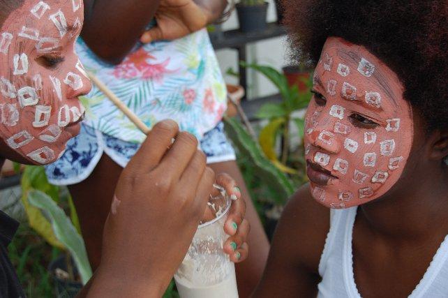 Les enfants-fleurs, atelier de peintures corporelles, avec les classes du collège Bouyer d'Angoma à Saint Laurent-du-Maroni, 2015.  À partir des modèles d'ornement corporel pratiqués par les habitants de la Vallée de l'Omo en Ethiopie et des peintures de cérémonie exécutées dans le Xingu en Amazonie, les collégiens ont réinterprété sur leur propre corps ces signes et dessins avec des argiles blanches, ocres et rouges.