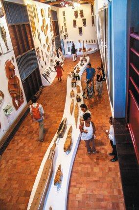 La salle d'exposition du CARMA, Près de cinq cents œuvres d'art et d'artisanat et une cinquantaine d'auteurs sont présentés à travers, entre autre, les arts de la sculpture, de la céramique, de la vannerie, du textile, de la forge, de la photographie et de la peinture. Un bestiaire se déploie dans l'espace du Centre d'art, au milieu d'ensembles d'objets de maison ornés, de panoplies d'instruments de musique, d'outils et d'armes de chasse ou de guerre. Des statuettes et des masques, des costumes et des coiffes racontent les histoires anciennes et contemporaines des peuples de Guyane.