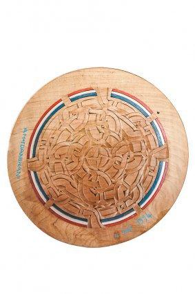 Wani Amoedang a sculpté pendant une trentaine d'années, depuis Mana et le Tapanahoni dont il est originaire, des objets d'usage domestique à l'attention de son épouse, puis en répondant à des commandes d'amateurs d'art. Il livre là un plat à vanner à la composition complexe, avec un circuit de ruban labyrinthique.