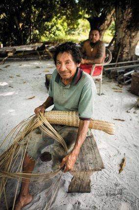 La vannerie est une activité quotidenne au village. Raymond Kajirale réalise là une couleuvre.