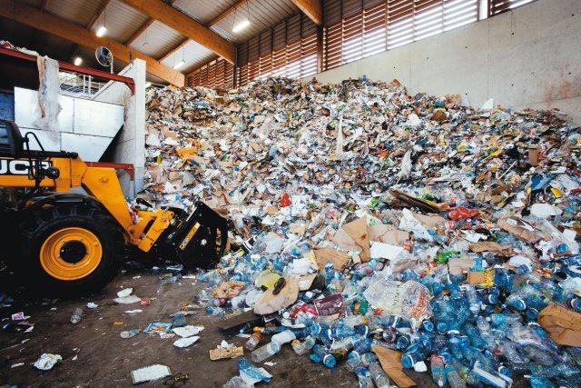 Hall de gisement des déchets avant pesée et traitement. Ekotri est le 1er centre de tri de la Guyane. Il a ouvert fin 2015 à Rémire-Montjoly. 1 200 tonnes de déchets des bacs jaunes y ont transité en une année.