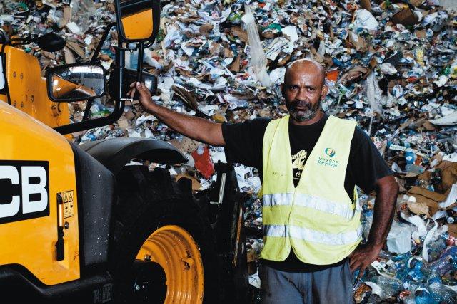 M.Nezes, profession cariste, chargé de rassembler les déchets dans le hall de gisement avant traitement.