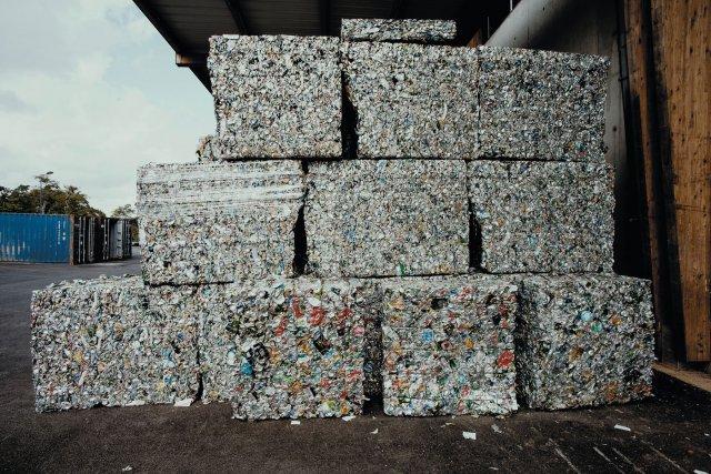 Les déchets sont compactés et expédiés en métropole pour recyclage dans l'attente de la création de filières locales.