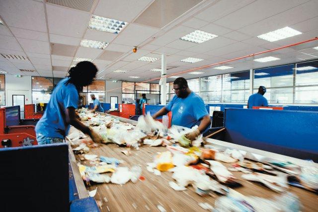 à Ekotri, le tri est manuel. Opérateurs dans la salle de tri travaillant sur le tapis roulant acheminant les déchets plastique, papier et carton à traiter avant d'être compressés. Selon l'Ademe, «  70%  » du contenu des poubelles pourrait faire l'objet «  d'actions de prévention  ».