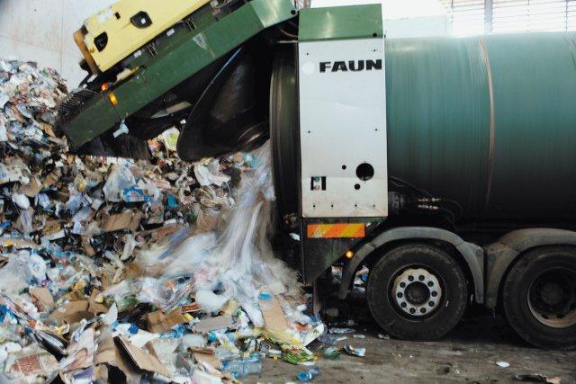 Camion Rotopress déversant les déchets à recycler.