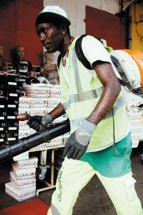 Elio Aristor, souffleur en action place du marché de Cayenne.