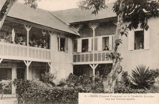 Vue de l'école des sœurs : Carte postale éditée par la Congrégation de Saint-Joseph de Cluny, vers 1900-1910.