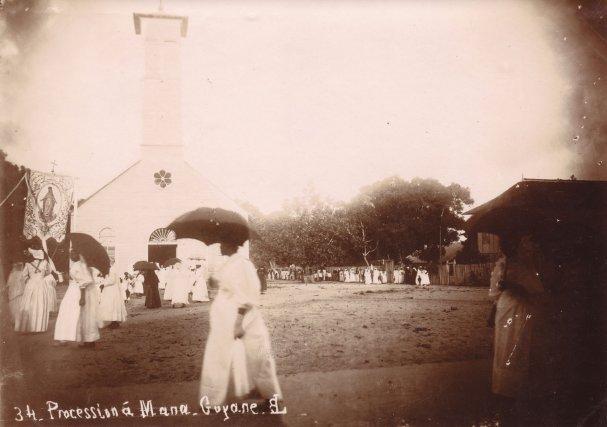 Procession devant l'église de Mana : Photographie anonyme, vers 1900.