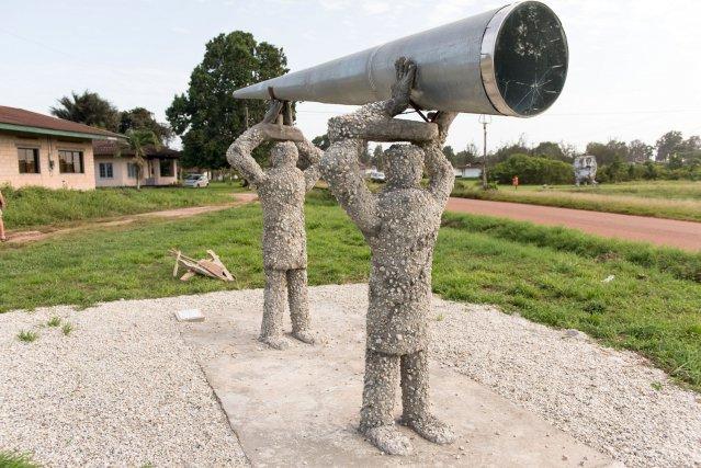 """La sculpture de deux hommes avec un télescope est appelée San e soi faawe e kon koosube ("""" Ce qui semble très loin est parfois proche"""") et a été réalisée par l'artiste surinamais Razia Barsatie."""