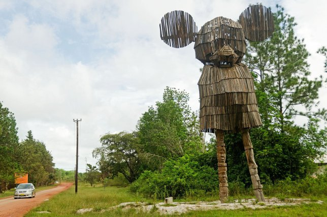 L'œuvre en bois représentant un grand Mickey Mouse est appellé Monument pour la transition, elle a été réalisée par l'artiste néerlandais Wouter Klein Velderman.