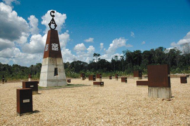 Le monument de Moiwana, réalisé par Marcel Pinas, commémore le massacre de 30 hommes, femmes et enfants durant la guerre civile du Suriname en novembre 1986.