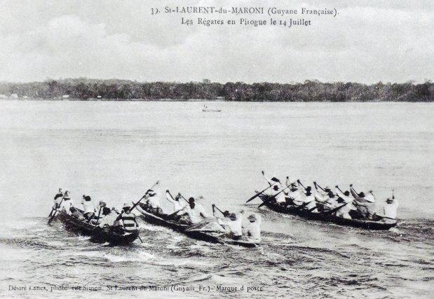 Course de pirogue à St-Laurent-du-Maroni, début XXe siècle.