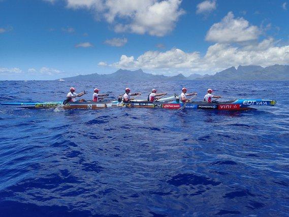 Le va'a une pirogue dont la stabilité est assurée par un balancier unique, relié à la coque par deux bras en bois. Sur cette photo, le va'a de Team Guyane lors de la première étape de la Hawaiki nui va'a navigue entre Huahine et Raiatea en novembre 2016. A l'horizon, se découpe l'ile de Raiatea.