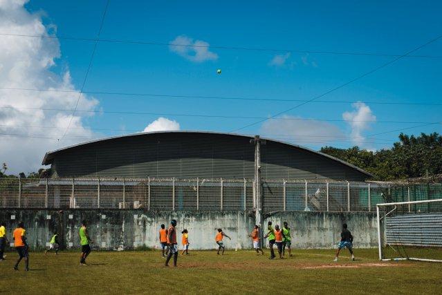 Tournoi de football; entre détenus, surveillants et un club extérieur;