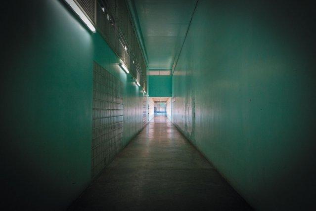 Visite dans l'établissement de détention; couloir quartier hommes.  à droite, cellule d'attente; prévue pour l'accueil des arrivants.
