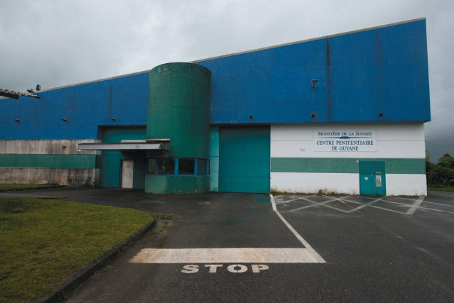 Centre de détention; entrée personnel, accueil visiteurs.